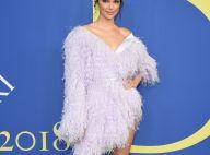 Plumas em lavanda e superfenda: veja o vestido usado por Kendall Jenner no CFDA