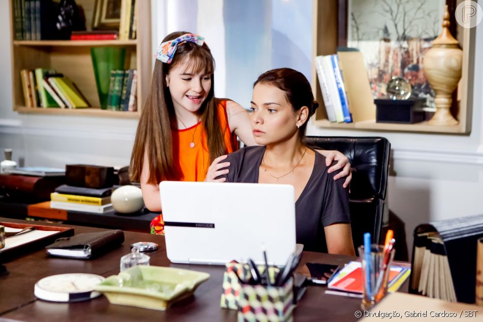 Poliana (Sophia Valverde) e Luísa (Milena Toscano) se emocionam ao encontrarem a outra metade do colar que Alice (Kiara Sasso) deixou para a filha antes de morrer, no capítulo que vai ao ar quinta-feira, dia 14 de junho de 2018, na novela 'As Aventuras de Poliana'