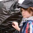 Disfarçada de menino, Lorena (Pietra Quintela) mexe no lixo do Sr. Pendleton (Dalton Vigh) e é flagrada por ele, no capítulo que vai ao ar quinta-feira, dia 14 de junho de 2018, na novela 'As Aventuras de Poliana'