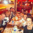 Daniel Alves reuniu amigos no restaurante Paris 6 após a final da Copa do Mundo sem a namorada, Thaissa Carvalho