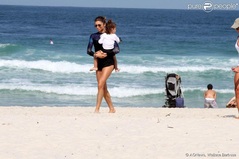 Grazi Massafera pega a filha, Sofia, no colo na praia da Barra da Tijuca, Zona Oeste do Rio