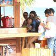 Grazi Massafera compra água de coco para Sofia em quiosque na praia