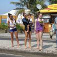 Grazi Massafera deixa a praia com a filha, Sofia, a amiga Ana Lima e a prima Gleicy Massafera