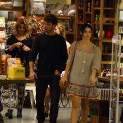 Sthefany Brito passeia com o irmão, Kayky Brito, e a mãe em shopping do Rio