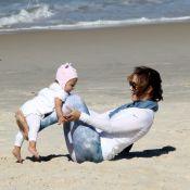 Guilhermina Guinle se diverte com a filha, Minna, em praia do Rio