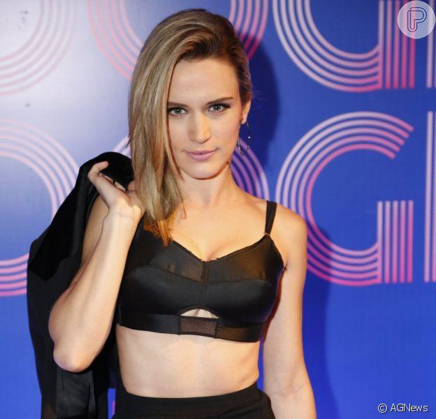 Bianca Bin apostou em um top Alexandre Herchcovitch e saia Dolce & Gabbana para a festa de lançamento da novela 'Boogie Oogie'