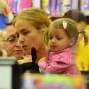 Angélica leva a filha caçula, Eva, a uma loja de brinquedos em shopping do Rio