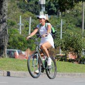 Malu Mader exibe boa forma durante passeio de bicicleta no Rio