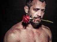Malvino Salvador posa dramático com rosa na boca para quadro de exposição