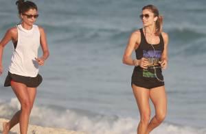 Grazi Massafera corre na praia de shortinho e mostra boa forma ao lado de amiga