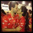 Antonia Morais encheu o namorado, Romeu, de beijinhos durante os desfiles no domingo (10)