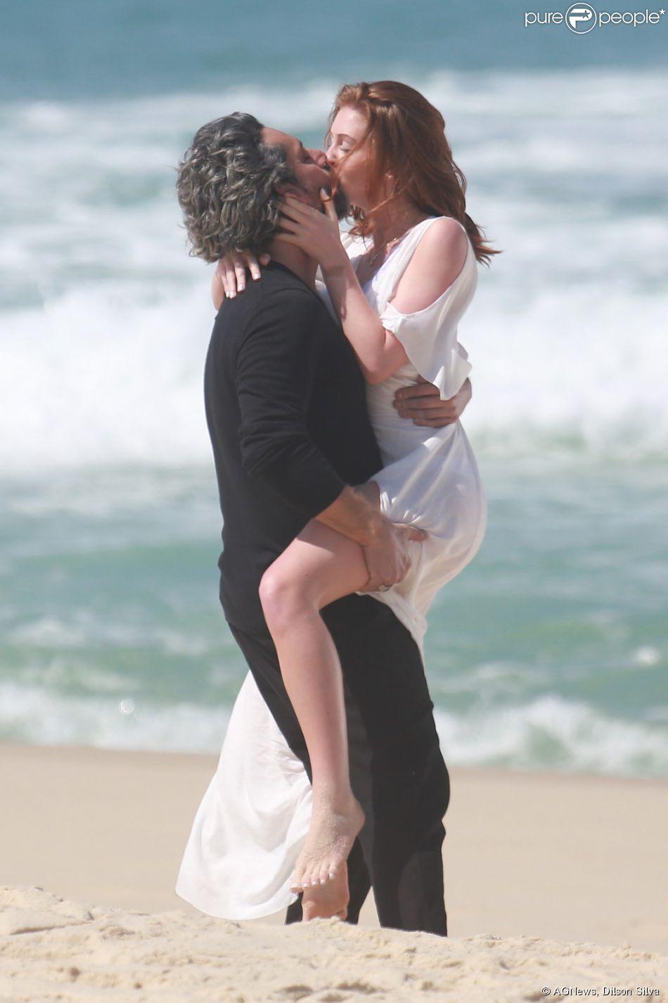 Marina Ruy Barbosa gravou cenas da novela 'Império' ao lado de Alexandre Nero na praia da Reserva, na Zona Oeste do Rio, na tarde desta quarta-feira, 20 de agosto de 2014