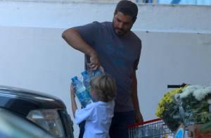 Thiago Lacerda e Vanessa Lóes fazem compras com a ajuda do filho, Gael