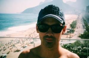 Joe Jonas curte piscina no Rio e posa para foto com fã: 'Viagem incrível'