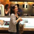 Fátima Bernardes entrou em uma loja e ajudou as filhas a escolherem um modelito