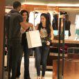 Fátima Bernardes foi ao shopping Village Mall, na Barra da Tijuca, Zona Oeste do Rio, com as filhas Laura e Beatriz na noite desda sexta-feira, 22 de agosto de 2014. Simpática, a apresentadora do 'Encontro' ainda posou para foto com um fã