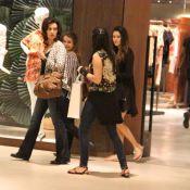 Fátima Bernardes vai às compras com as filhas e tira foto com fã em shopping