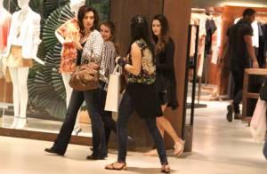 355954d1992 Fátima Bernardes vai às compras com as filhas e tira foto com fã em shopping