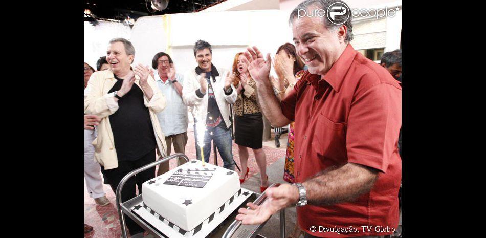 Tony Ramos ganha homenagem pelo seu aniversário nos bastidores de 'A Grande Família', na Globo, nesta segunda-feira, 25 de agosto de 2014