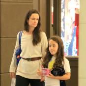 Carolina Kasting passeia com a filha, Cora, em shopping do Rio de Janeiro