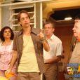 Agostinho Carrara (Pedro Cardoso) tenta mudar de profissão em 'A Grande Família', em 2003. De vigia ele passa a querer ser taxista, mas precisou ser ajudado pelo sogro, Lineu (Marco Nanini)