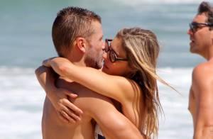 Fernanda Lima e Rodrigo Hilbert trocam beijos e namoram muito em praia do Rio