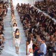 Isabelli Fontana atravessa a passarela atrás de Naomi Campbell no desfile da estilista belga Diane von Furstenberg