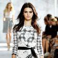 Kendall Jenner, irmã de Kim Kardashian, desfila na Semana de Moda de Nova York