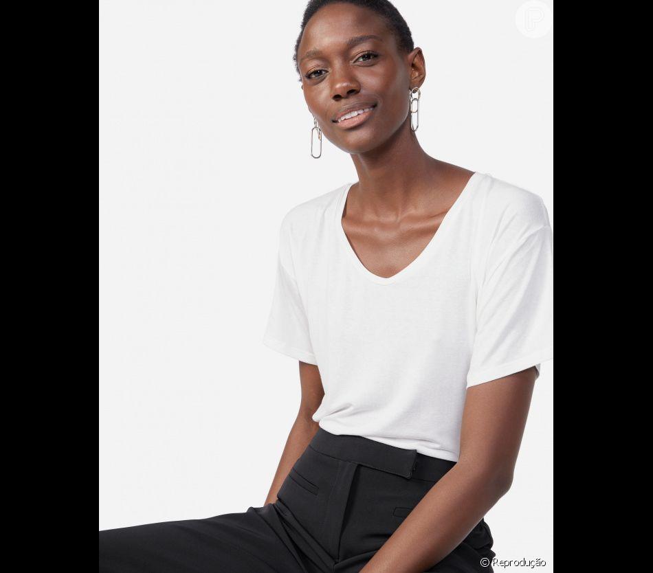 A blusa básica branca com decote em U da Amaro custa R$ 59,90