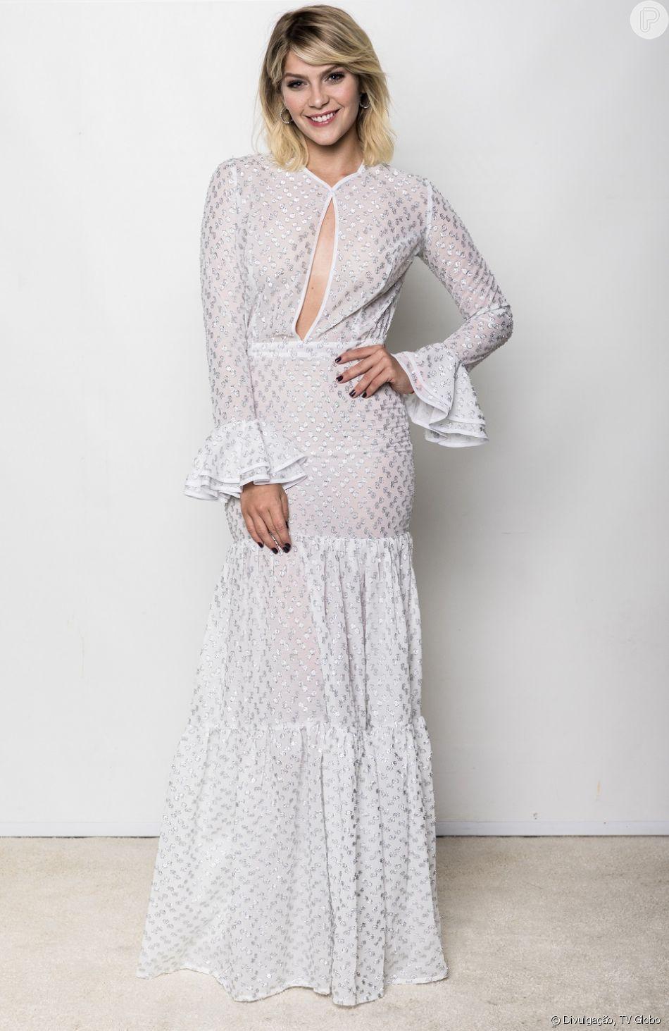 Isabella Santoni aposta em vestido longo branco de mangas e decote profundo na gravação do especial 'Roberto Carlos: Muito Romântico', nesta terça-feira, 4 de dezembro de 2018