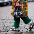Os tênis dad sneakers tomaram conta das fashionistas no street style!