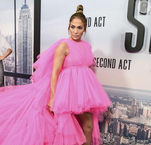 """Saiba os detalhes do vestido rosa e enorme que Jennifer Lopez usou na première de seu novo filme, """"Second Act"""", em Nova York, no dia 12 de dezembro de 2018"""
