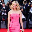 No tapete vermelho do festival de Veneza, o vestido rosa pink foi escolha da atriz Naomi Watts