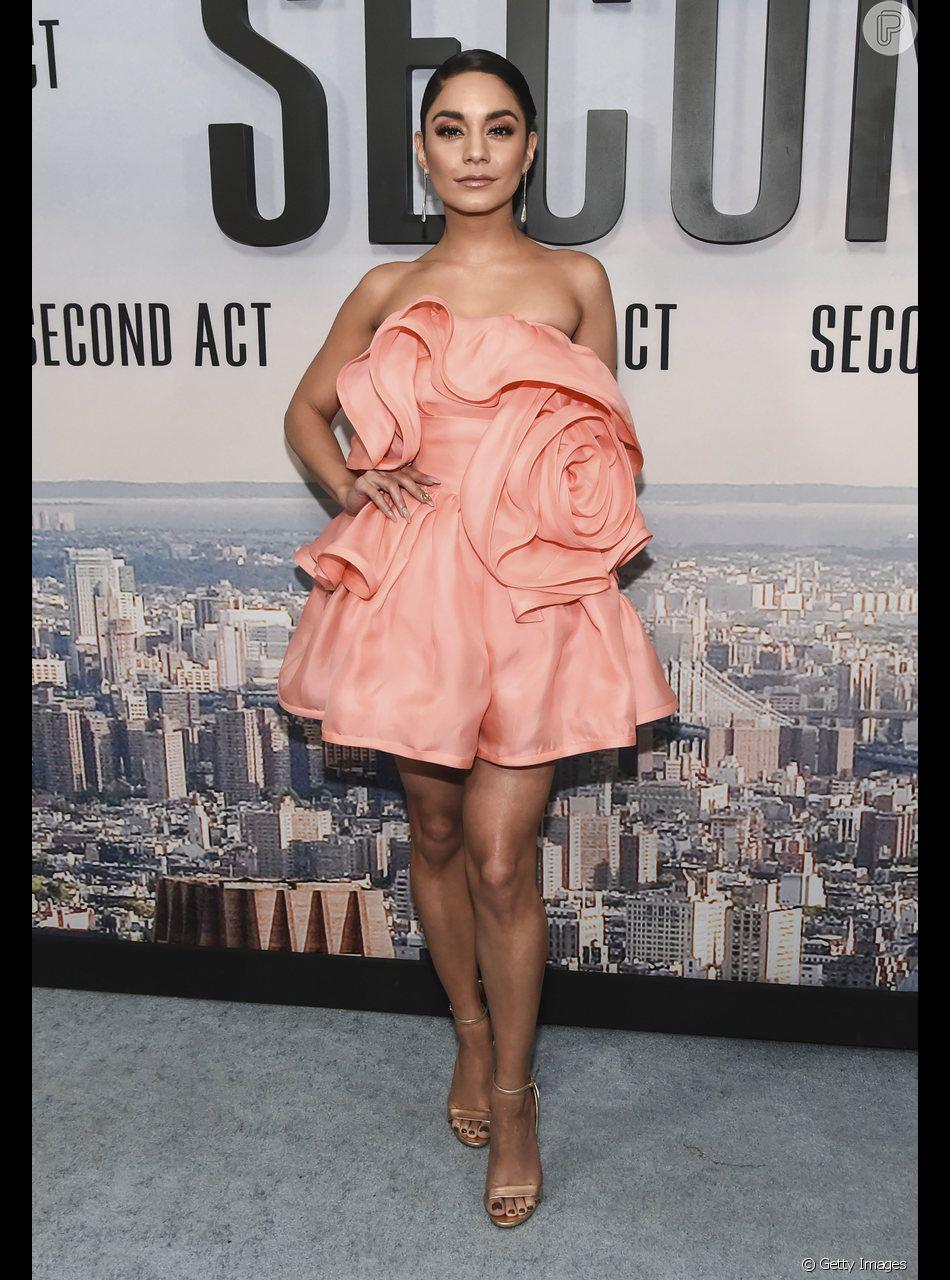 """Vanessa Hudgens já entrou na tendência do Living Coral! A atriz apostou em um vestido curto tomara que caia para a première de """"Second Act"""", em Nova York, no dia 14 de dezembro de 2018"""