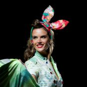 Alessandra Ambrósio brilha e esbanja boa forma em desfile de moda. Veja fotos!