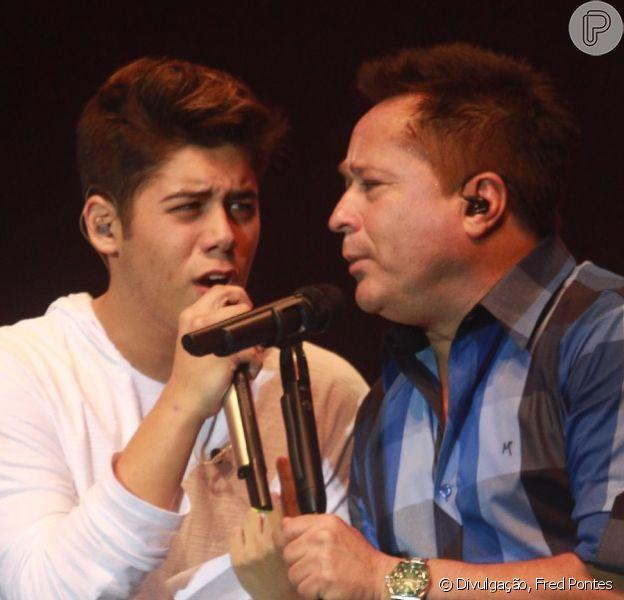 Leonardo canta com o filho José Felipe em show em comemoração aos 30 anos de carreira, no Rio de Janeiro, em 11 de setembro de 2014