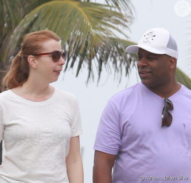 Aílton Graça, de 'Império', caminha ao lado da esposa, Cátia Naiane, na orla da praia da Barra da Tijuca, Zona Oeste do Rio de Janeiro, nesta sexta-feira, 12 de setembro de 2014