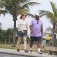 Aílton Graça aproveita a folga de 'Império' para caminhar  com a mulher, Cátia Naiane