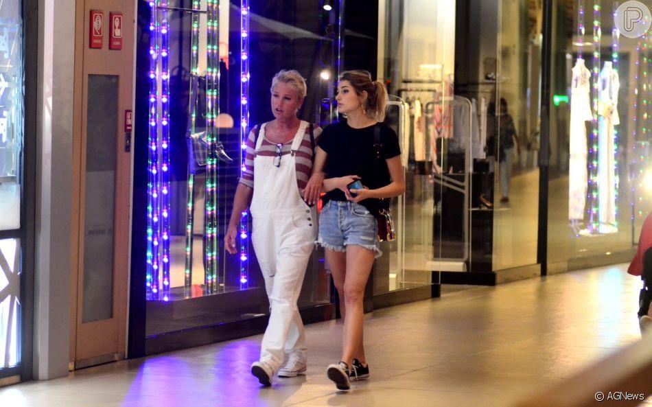 Compras em família! Xuxa Meneghel e Sasha vão juntas a shopping no Rio na sexta-feira, dia 22 de dezembro de 2018