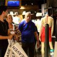 Xuxa Meneghel deixou loja cheia de sacolas após compras em shopping no Rio