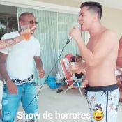 Apontado como affair de Anitta, Ronan Carvalho curte karaokê em casa da cantora
