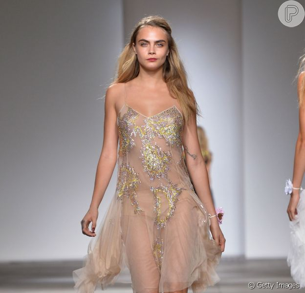 Cara Delevingne desfila pela Topshop na London Fashion Week, em 14 de setembro de 2014