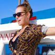 Em Noronha, Carol Dantas usou um óculos de sol vintage, modelo gatinho, para estilizar o look beachwear no barco
