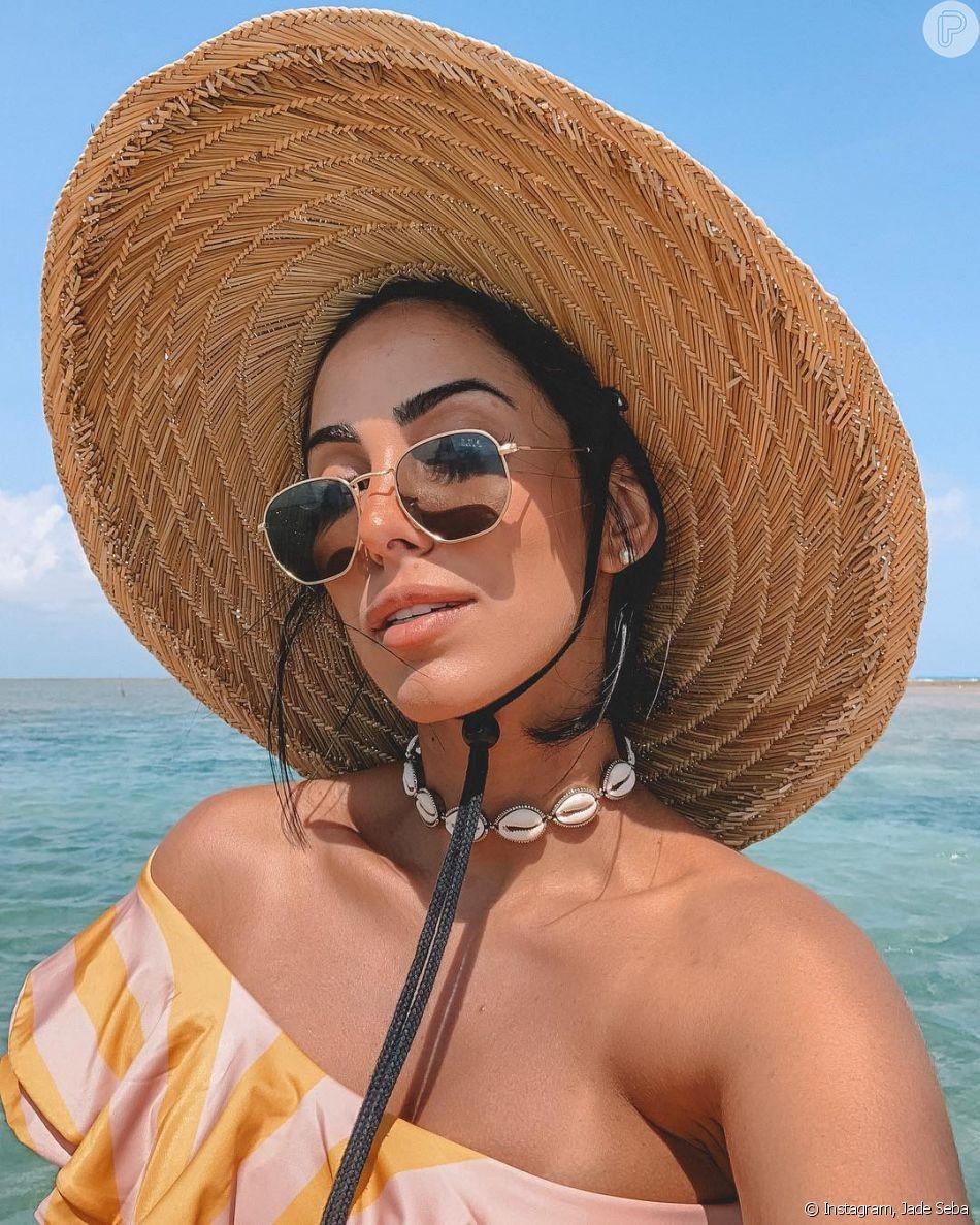 O look de praia de Jade Seba contou com o colar de búzios, que voltou a ser moda no verão 2019