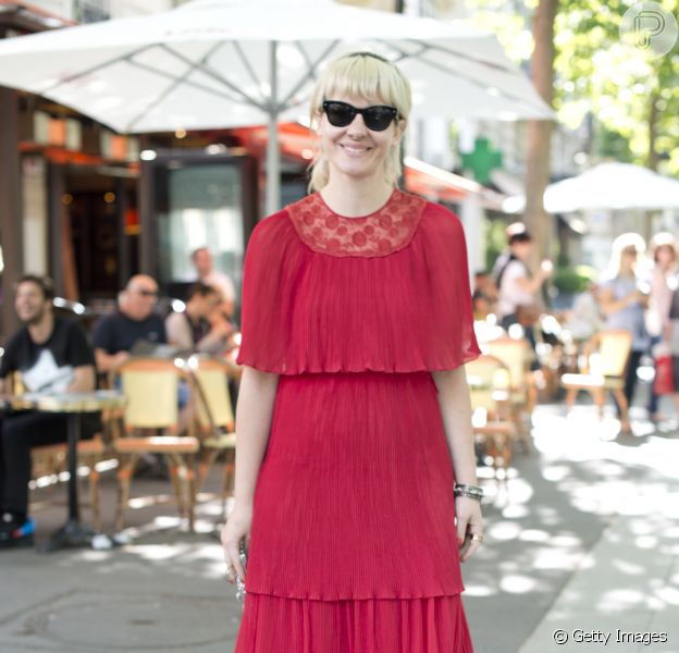 Sarah Riani, da Vogue, usa vestido plissado Alberta Ferretti