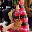 Mix de tendências no desfile de Valentino: plissado, listras e brilho.