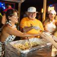 Paula Fernandes ajuda a servir o prato que dá nome ao evento