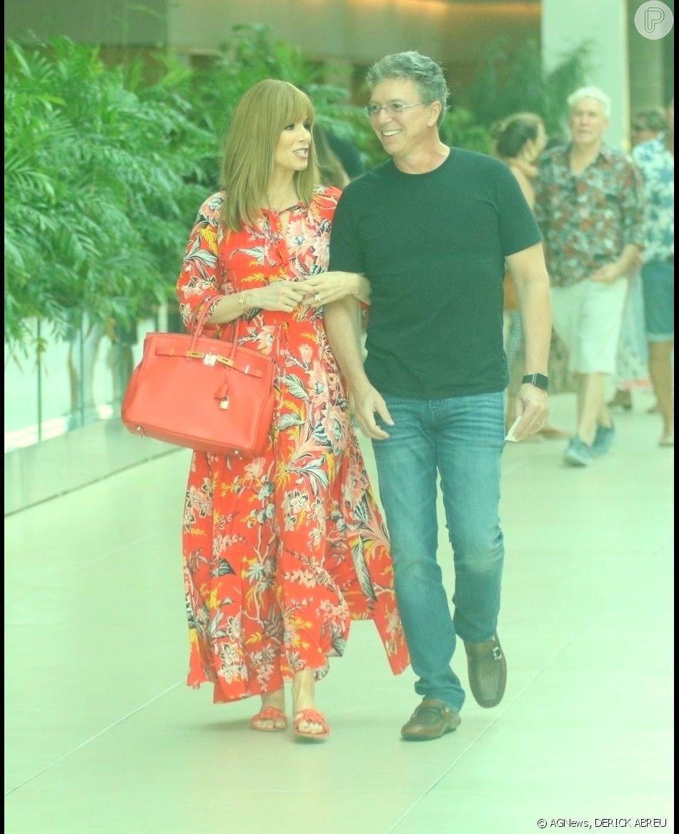 Ana Furtado e Boninho passeiam juntos em shopping do Rio de Janeiro