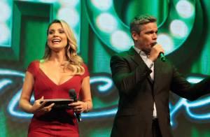 Flávia Alessandra apresenta evento com look decotado ao lado de Otaviano Costa