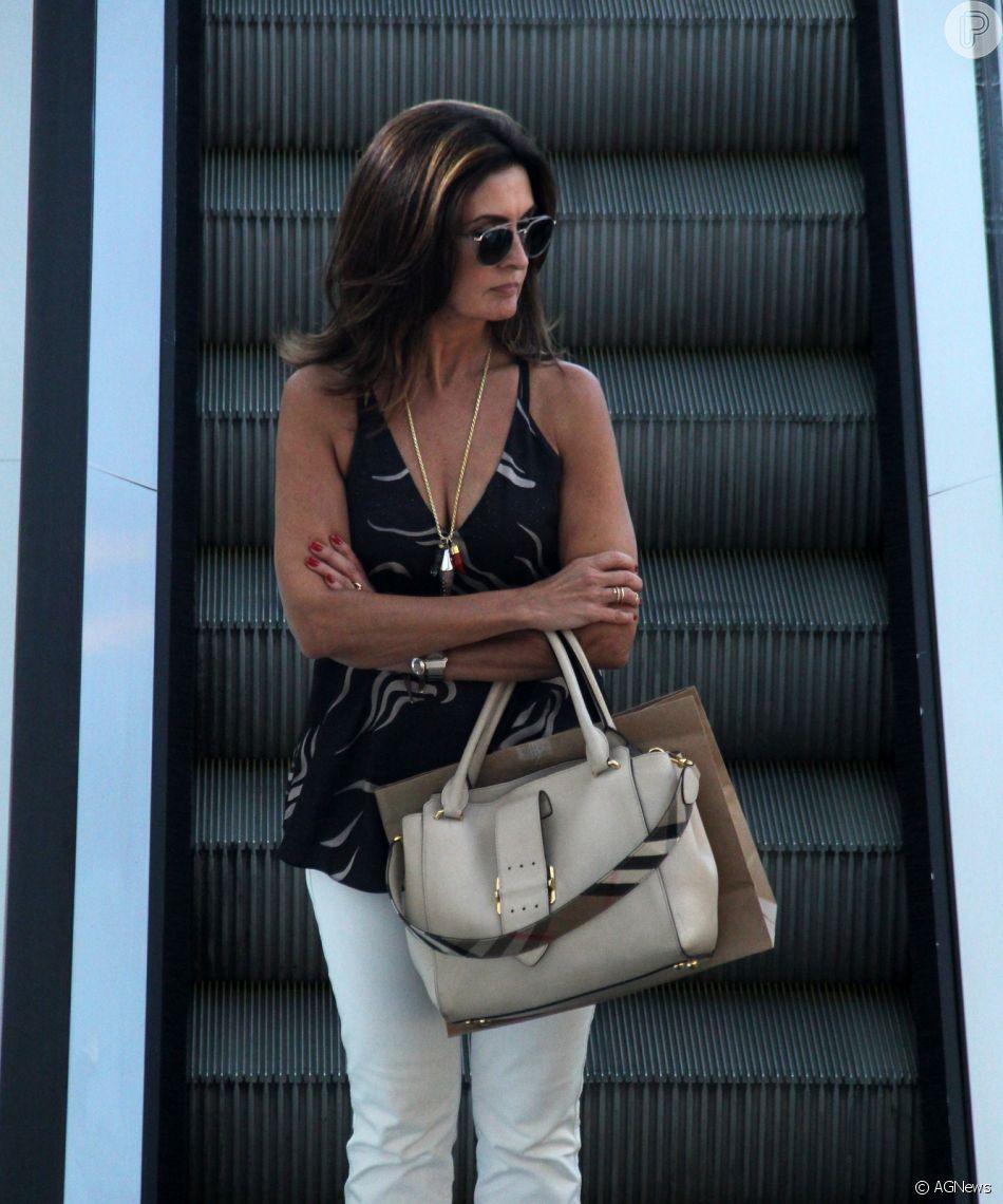 Fátima Bernardes aposta em look casual chic para ir ao shopping do Rio de Janeiro, nesta quarta-feira, 09 de janeiro de 2019